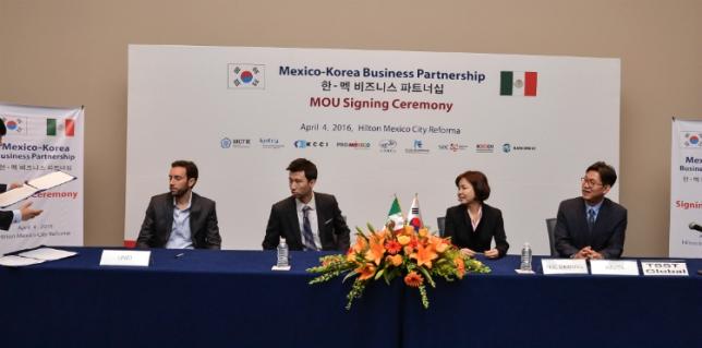 Empresarios en la Ceremonia de firma de acuerdo de cooperación